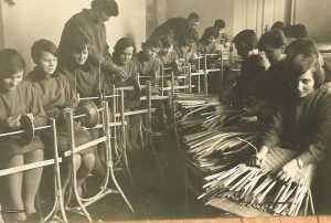 Stare zdjęcie przedstawiające rzemieślnicze zajęcia dla dzieci w szkole.